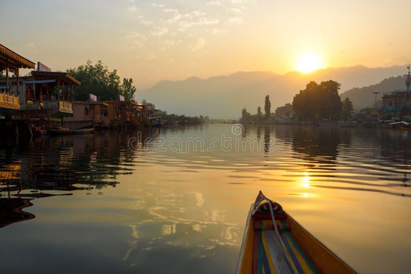 Canotage de début de la matinée, lac dal image stock