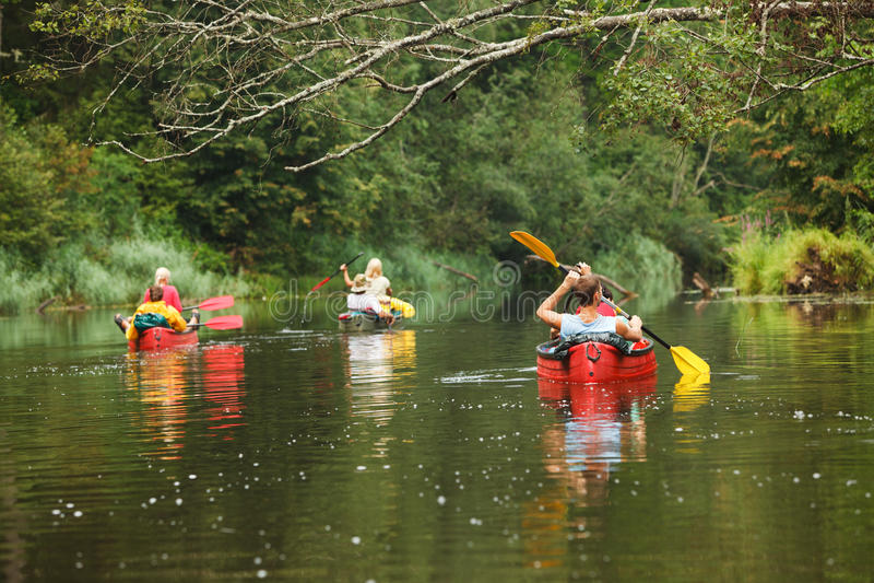 Canotage de gens sur le fleuve photos libres de droits