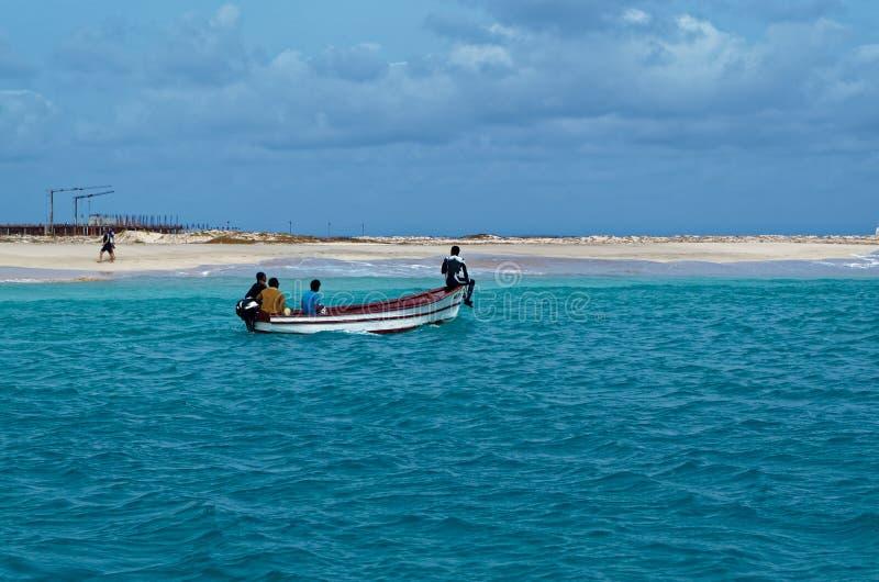 canotage de 4 pêcheurs le long d'un littoral Sel d'île, Cap Vert photos stock