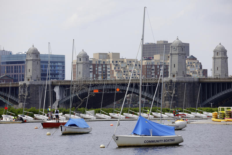 Canotage et le pont Boston de la Communauté de Longfellow images stock