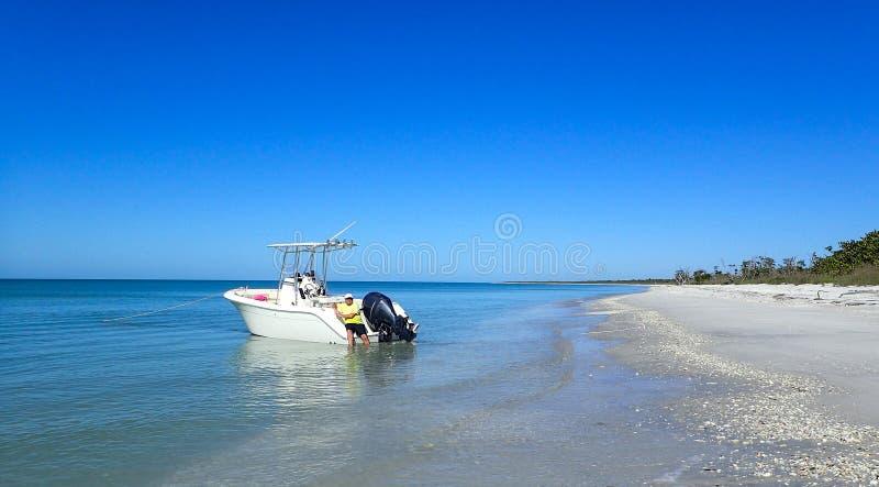 Canotaje del hombre en el Golfo de México imagenes de archivo