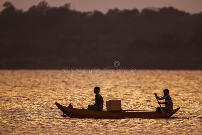 Canotaje del pescador en la laguna de la bahía de Arugam, Sri Lanka fotografía de archivo