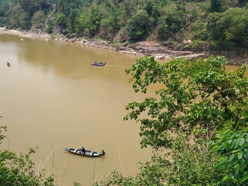 Canotaje en el río de Dawki en la estación Shillong Meghalaya la India de la monzón imágenes de archivo libres de regalías