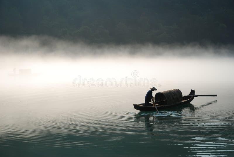 Canotaje en la niebla imagen de archivo libre de regalías