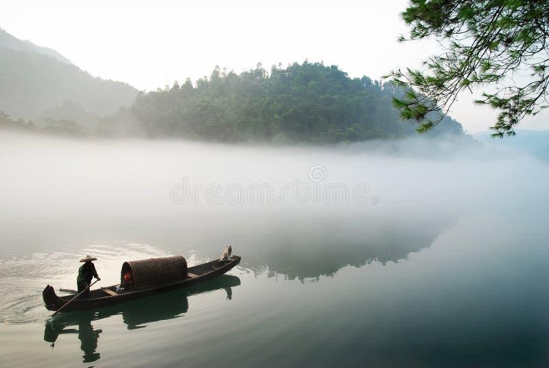 Canotaje en la niebla imágenes de archivo libres de regalías