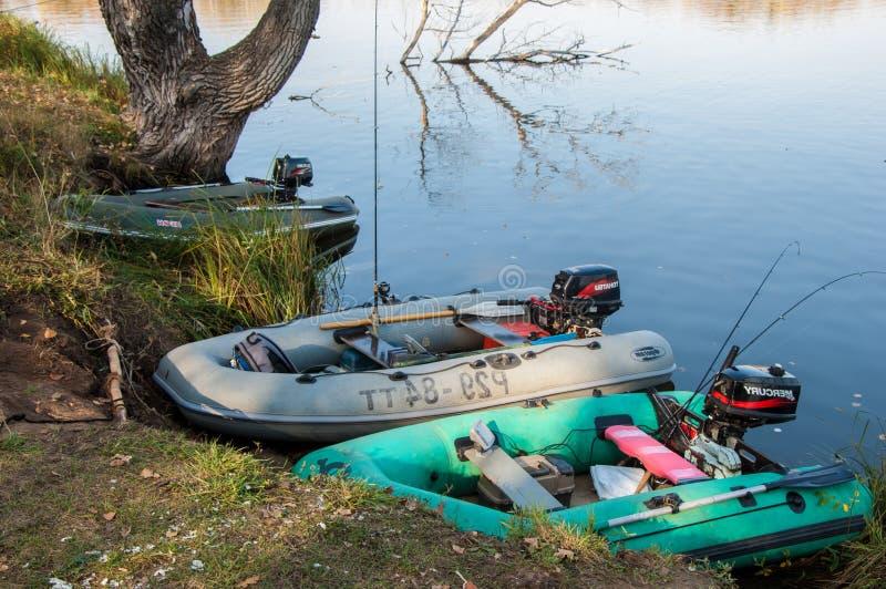 Canots en caoutchouc prêts pour la pêche photo libre de droits
