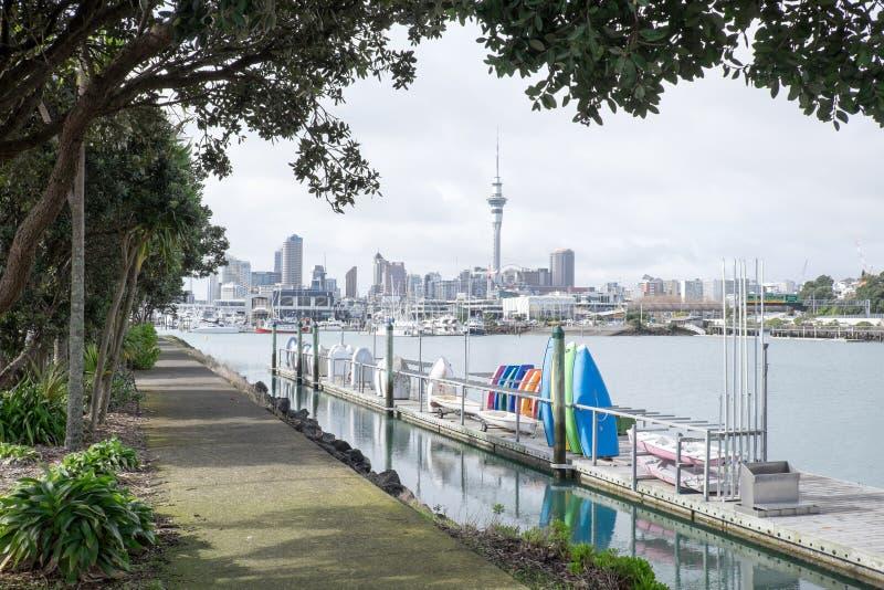 Canots et bateaux à la marina de Westhaven avec l'horizon d'Auckland CBD photo libre de droits