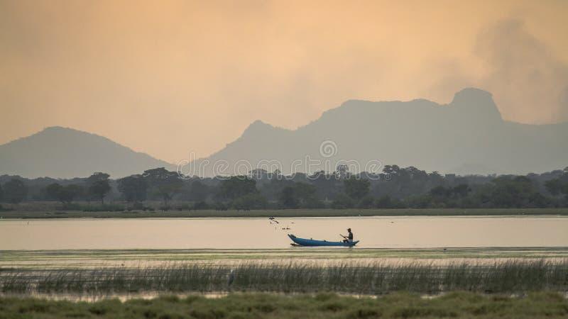 Canottaggio del pescatore nella laguna della baia di Arugam, Sri Lanka fotografie stock libere da diritti