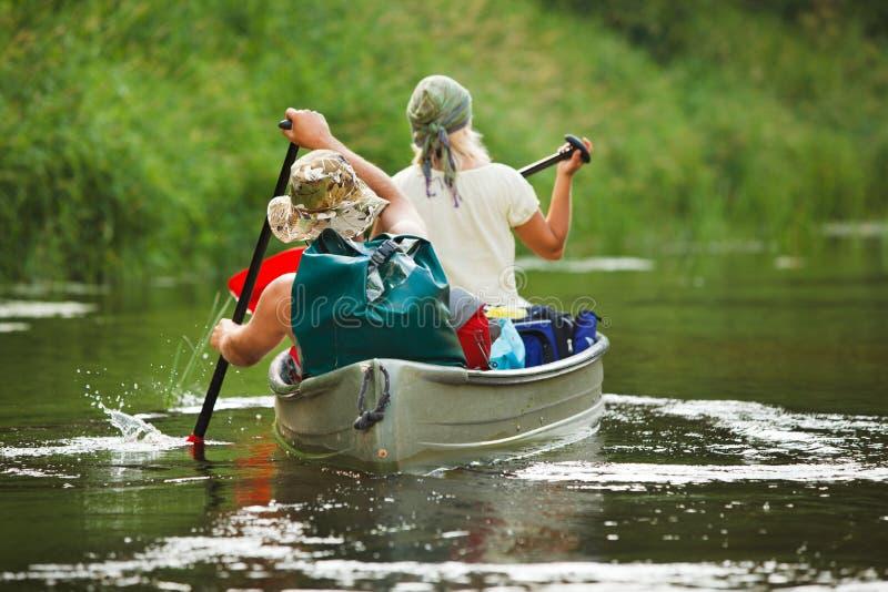 Canottaggio della gente sul fiume immagini stock