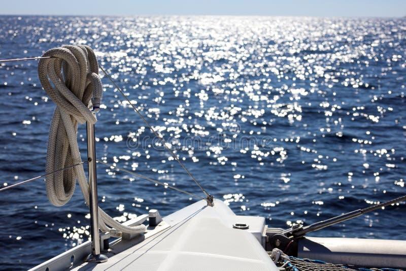Canottaggio di navigazione in oceano, nave alla fine del mare su esperienza del lusso di immagine di alta qualità fotografie stock