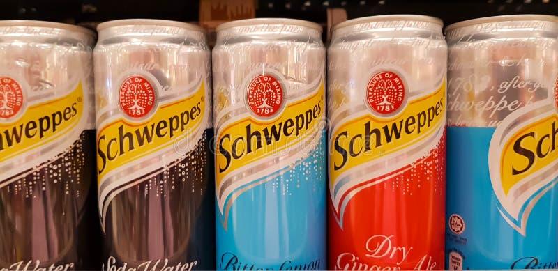 Cans av sodavatten dricker schweppes arkivfoto
