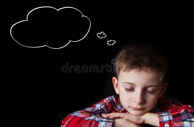 Cansado, agujereado, niño pequeño que duerme y que sueña imagen de archivo libre de regalías
