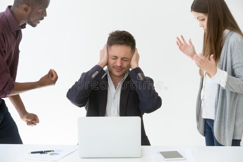 Cansado das orelhas de fechamento do homem de negócios do trabalho ou do ruído com mãos fotografia de stock royalty free