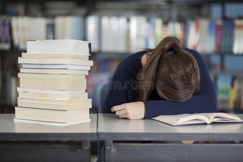 Cansado de estudiar en la biblioteca imagenes de archivo
