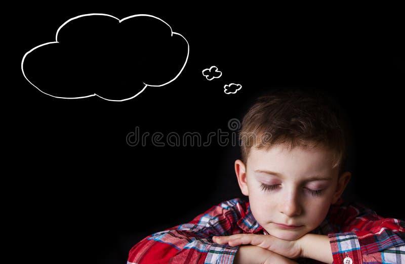 Cansado, furado, rapaz pequeno que dorme e que sonha imagem de stock royalty free