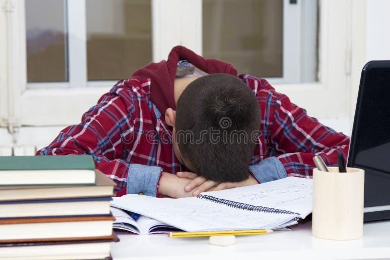 Cansado y subrayado en la escuela foto de archivo