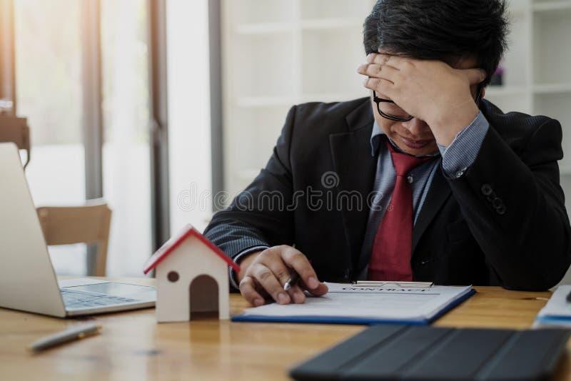 Cansancio de los ojos del hombre de negocios en el trabajo sobre problema de la tensión de la tensión de la sensación concepto de foto de archivo libre de regalías