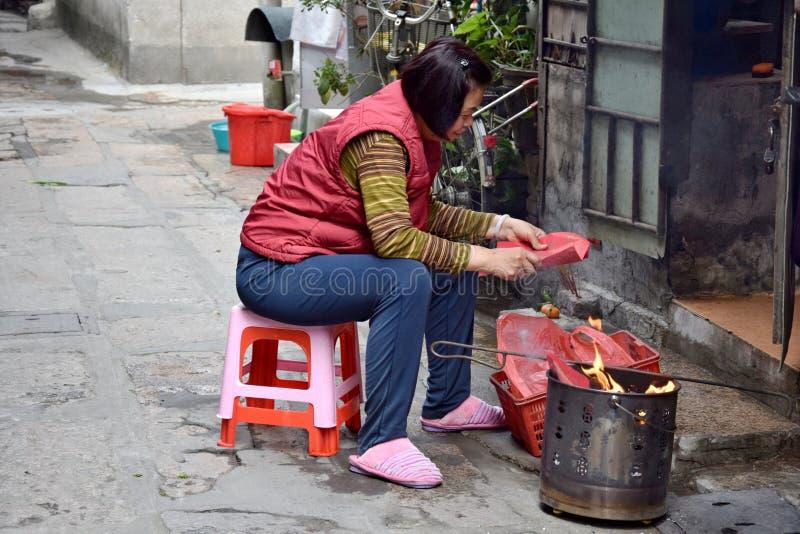 """CANTÃO, †de CHINA """"CERCA DO fevereiro de 2018: Uma mulher oferece um sacrifício durante o ano novo chinês fotografia de stock royalty free"""