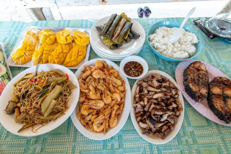 Cant?o de Pancit, peixes grelhados, forquilha grelhada e camar?o cozinhado fotografia de stock