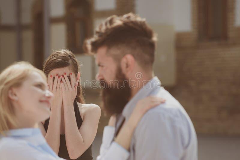 Cant ser dem tillsammans Skäggig man som fuskar hans kvinna med en annan flickvän Olycklig svartsjuk kvinnakänsla romantiker arkivfoto