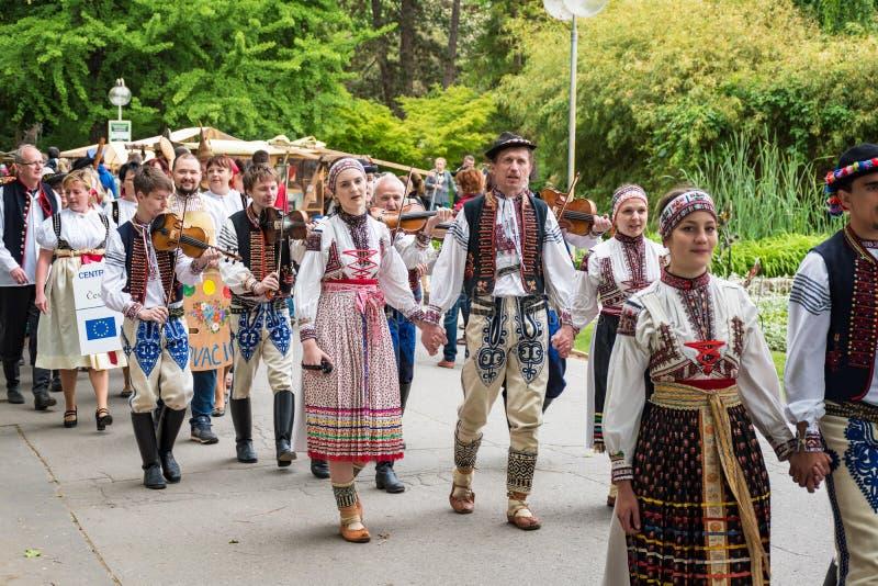 Cantado de artesanos marcha en el parque durante el festival del artesano foto de archivo