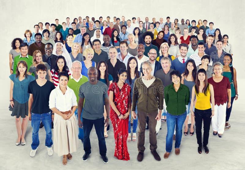 Cantado de concepto de la felicidad de la amistad de la gente de la diversidad fotos de archivo