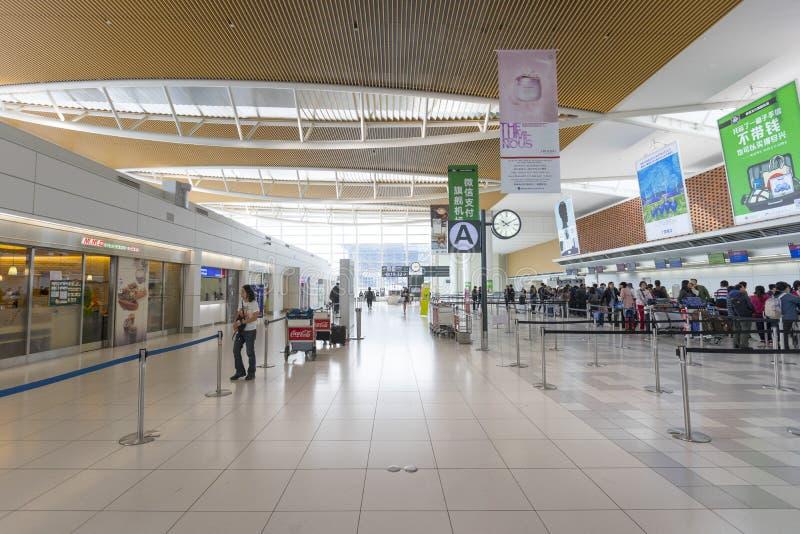 Cantado de turistas en el pasillo de la salida del nuevo aeropuerto de Shin Chitose en Hokkaido, Japón fotografía de archivo