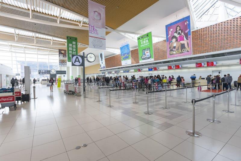 Cantado de turistas en el pasillo de la salida del nuevo aeropuerto de Shin Chitose en Hokkaido, Japón fotos de archivo