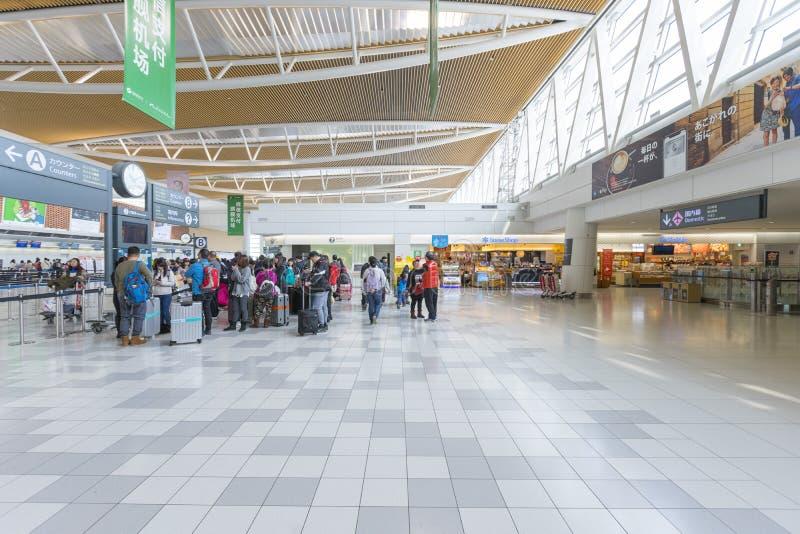 Cantado de turistas en el pasillo de la salida del nuevo aeropuerto de Shin Chitose en Hokkaido, Japón imágenes de archivo libres de regalías