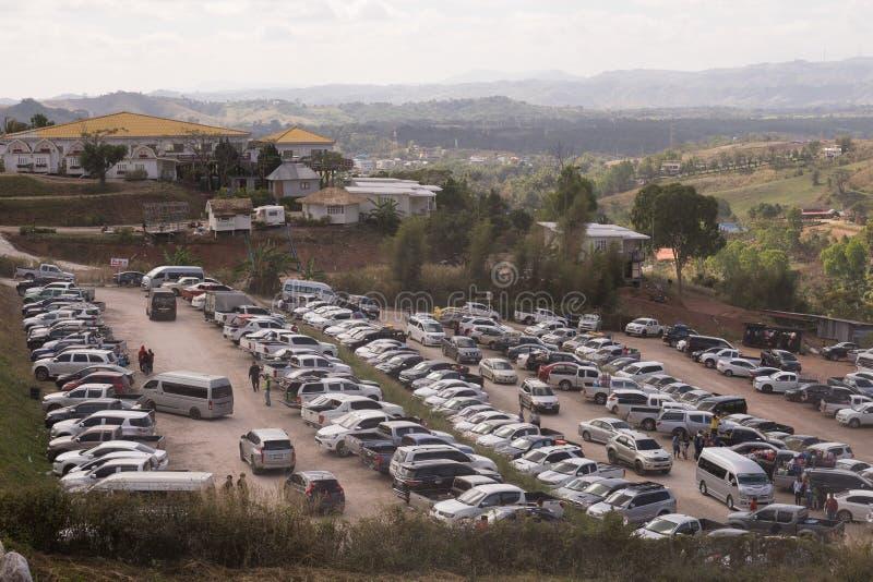 Cantado dos carros estacionou no parque de estacionamento para visitar o lugar do turista na montanha imagens de stock royalty free
