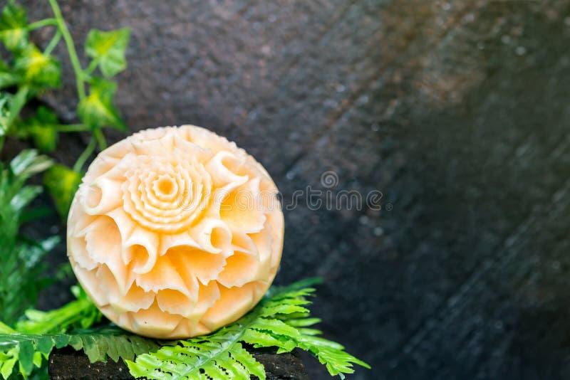 Cantaloup coloré et beau découpé ou sculpté sur la feuille verte photos libres de droits