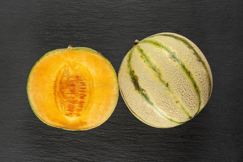 Cantaloup frais de melon sur la pierre grise photos libres de droits