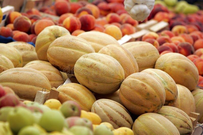 Cantaloup, pêches et pommes images libres de droits