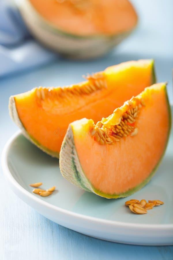 Cantaloupmelonmelon som skivas på blåttplattan arkivbild