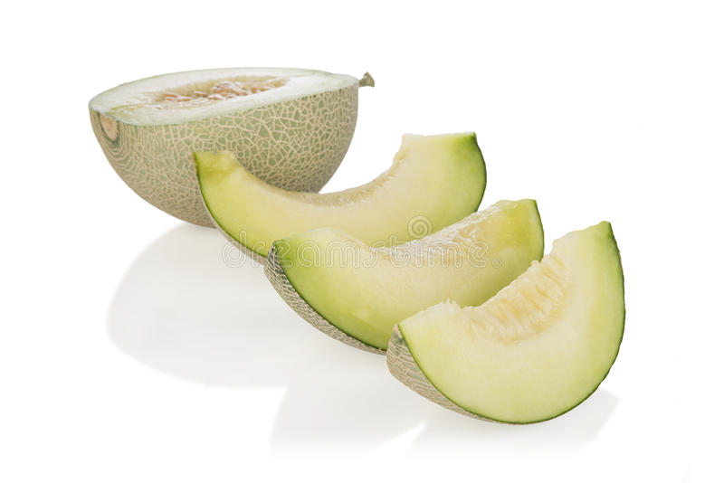 Cantaloupmelonmelonskivor och halva på vit bakgrund Med den snabba banan royaltyfria bilder