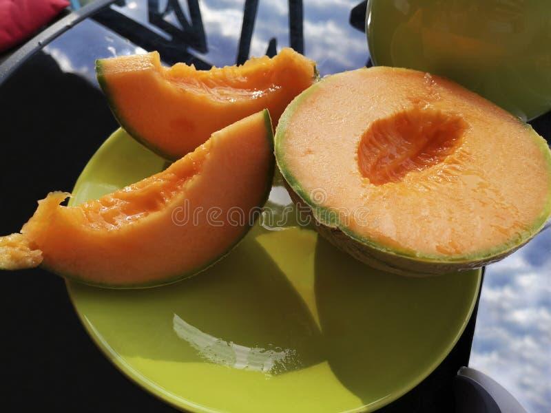 Cantalupo cortado maduro com carne alaranjada brilhante fotos de stock royalty free