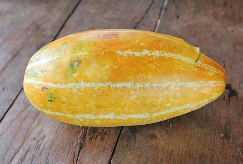 Cantalupo tailandês na tabela de madeira imagem de stock royalty free