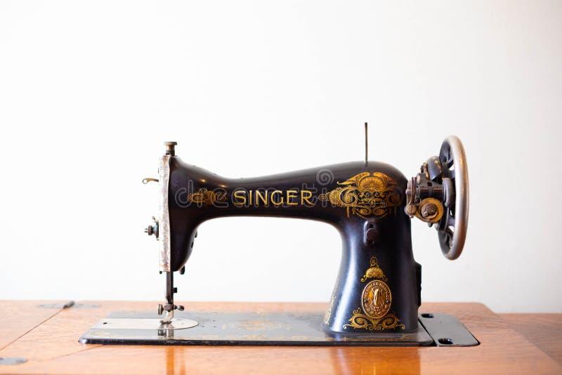 Cantante antiguo Sewing Machine imagen de archivo libre de regalías