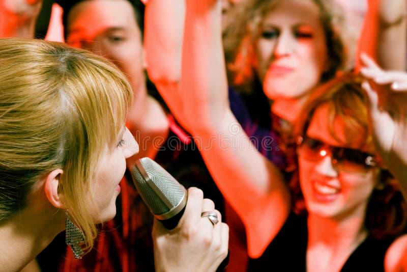 Cantante che effettua davanti alla folla fotografia stock libera da diritti