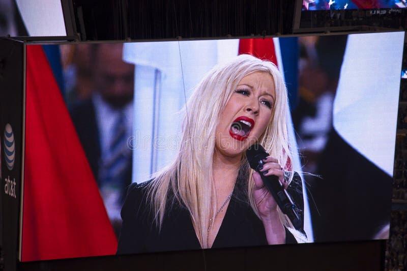 Cantante Christina Aguilera que remienda himno nacional imagen de archivo libre de regalías