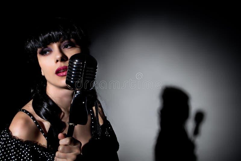 Download Cantante con il microfono fotografia stock. Immagine di adulto - 30830410