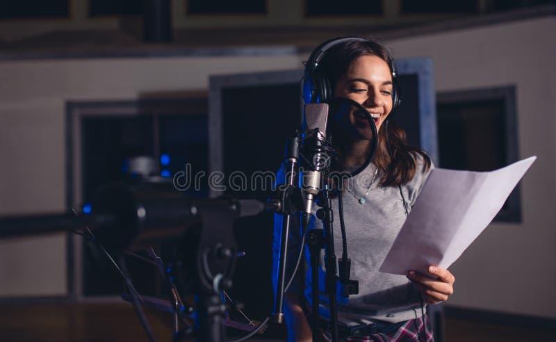 Cantante con letras del micrófono y de la lectura fotos de archivo libres de regalías