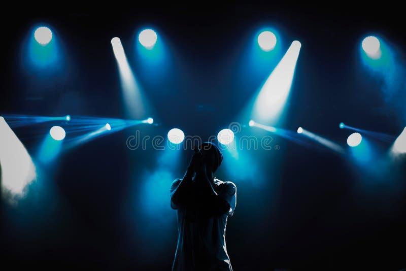 Cantante de rap con el micrófono en etapa en teatro de variedades imagen de archivo libre de regalías