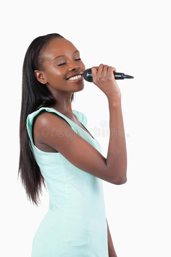 Cantante de sexo femenino joven sonriente imagen de archivo