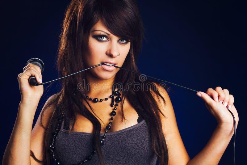Cantante della donna con il microfono fotografie stock libere da diritti