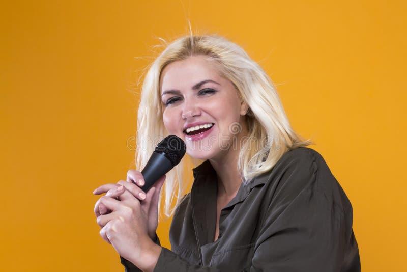 Cantante della ragazza con il microfono fotografia stock