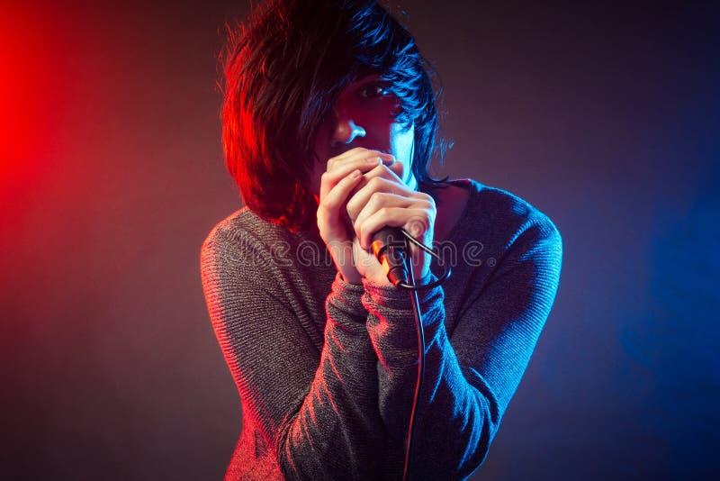 Cantante cantante en concierto imágenes de archivo libres de regalías