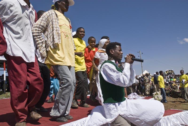 Cantante etíope joven que se realiza en etapa fotos de archivo