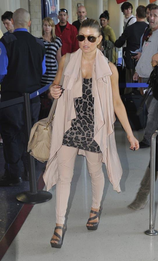 Cantante eyed negro Fergie de los guisantes en el aeropuerto de LAX fotos de archivo