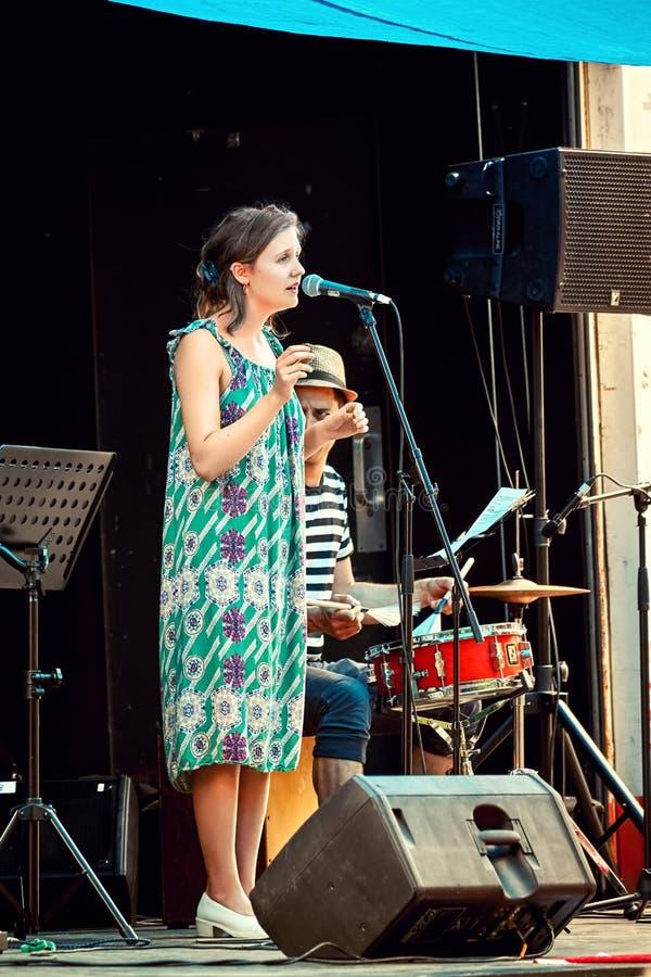 Cantante femminile della banda di jazz in scena fotografie stock